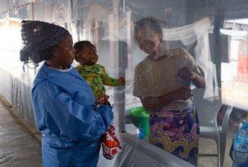 Un telón de plástico separa a una madre de su hijo en un centro para tratar el ébola en Beni, en la provincia de Kivu del Norte, República Democrática del Congo.