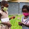 Deux jeunes filles jouent dans leur école à Toumodi-Sakassou, une ville du centre de la Côte d'Ivoire