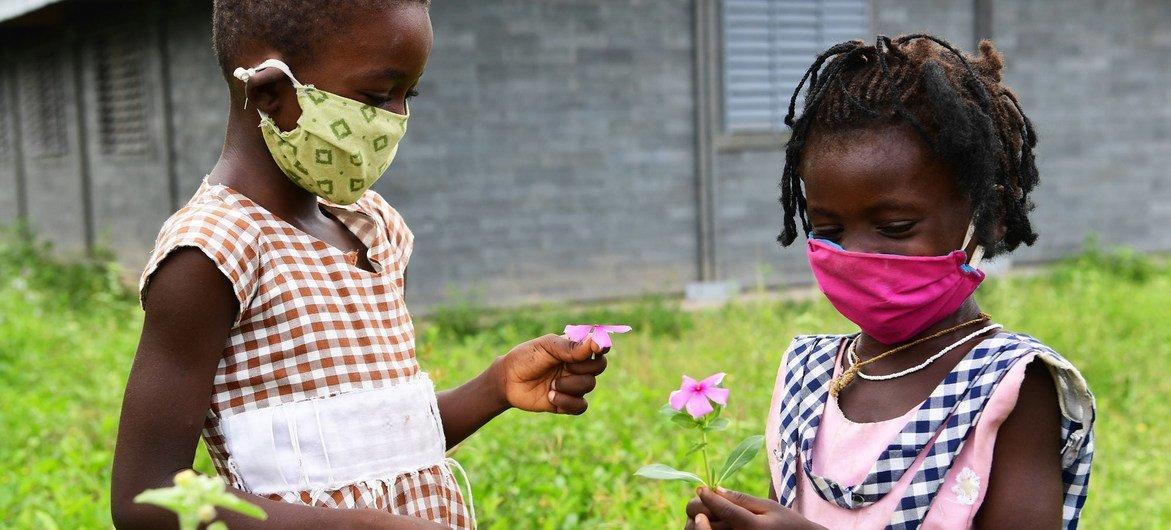 科特迪瓦中部一个小镇的学校里,有两名年轻女孩在玩耍。