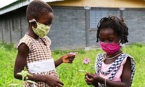 مع دخول جائحة كوفيد-19 عامها الثاني، اليونيسف تحذر من العواقب الوخيمة على الأطفال. الصورة لطفلتين في كوت ديفوار.