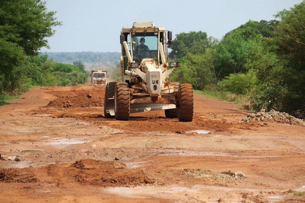 La misión de la ONU en Sudán del Sur ha rehabilitado 3000 kilómetros de carreteras en todo el país. Sin embargo, el Secretario General, António Guterres, ha señalado que no se invierte lo suficiente para pavimentar el camino hacia la paz en todo el mundo.