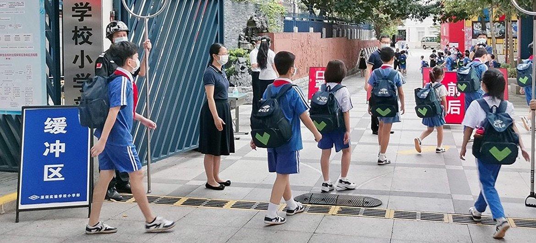 深圳一所小学的学生在新冠疫情期间返校复课。