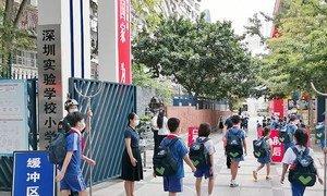 深圳一所小学校的学生在新冠疫情期间返校复课。