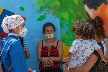Venezolanos que regresan a su país reciben orientación para protegerse del COVID.