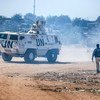 جنود حفظ السلام في اليوناميد يوفرون الحماية للمدنيين للمشردين داخلياً خلال دورية روتينية في مخيم أبو سوك، شمال دارفور. (من الأرشيف)
