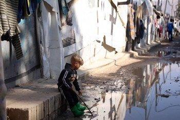 طفل سوري في أحد مخيمات اللاجئين في لبنان.