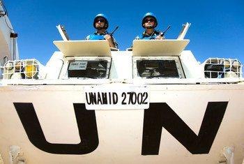 非洲联盟 - 联合国达尔富尔混合行动的维和人员在达尔富尔尼亚拉的一处取水点进行安全守卫。