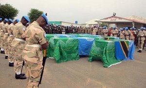 Служба в ООН порой сопряжена с риском для жизни. Фото из архива: миротворцы в Дарфуре чтут память погибших коллег.