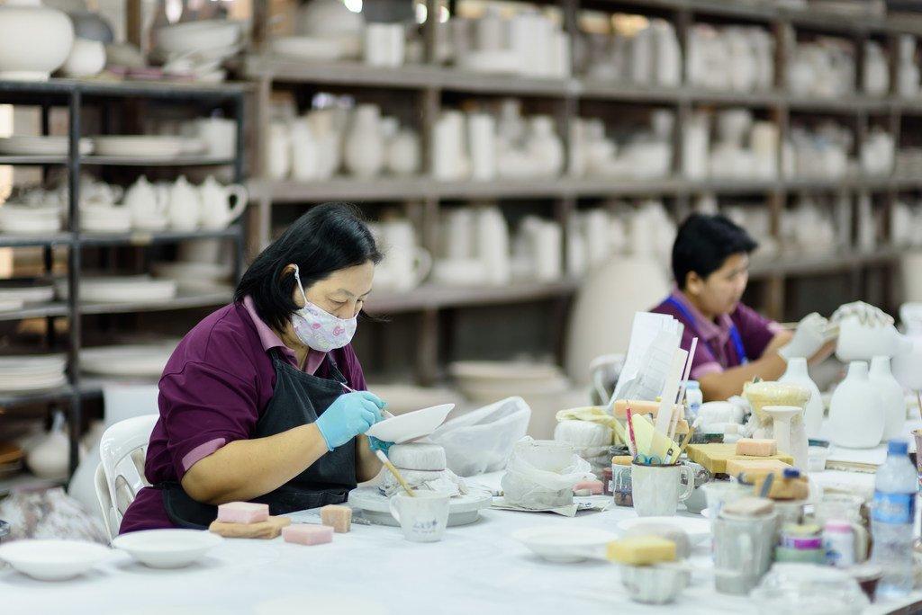 泰国北部一家陶瓷工厂的移民女工。