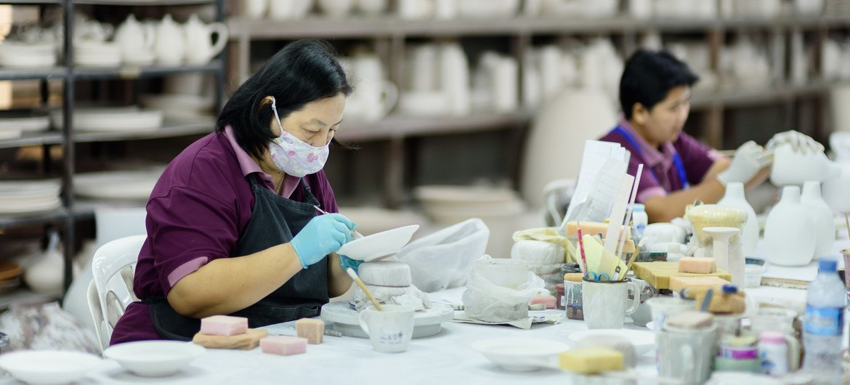 Mujeres migrantes en una fábrica de cerámica en el norte de Tailandia.
