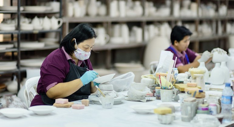 Мигранты играют важную роль в экономическом развитии, напоминают в ООН. На фото - мигранты на фабрике по производству керамики в Тайланде.
