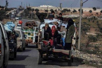 Famílias fugindo de Idlib, na Síria