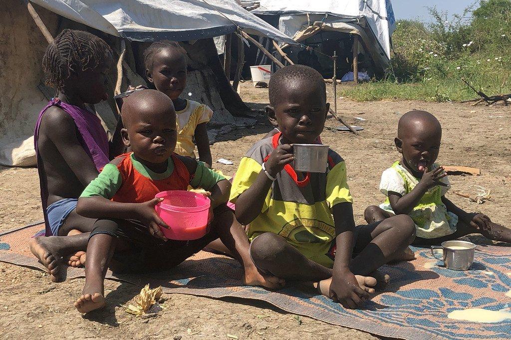 Watoto wakila uji uliopikwa na mama yao baada ya kupokea mgao kutoka kwa WFP, Pibor nchini Sudan Kusini.