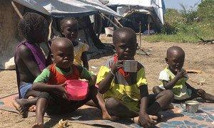 Niños comiendo una sopa preparada con suministros del Programa Mundial de Alimentos en Pibor, Sudán del Sur.