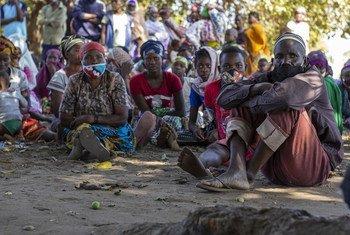 Pessoas deslocadas aguardando distribuição de ajuda alimentar