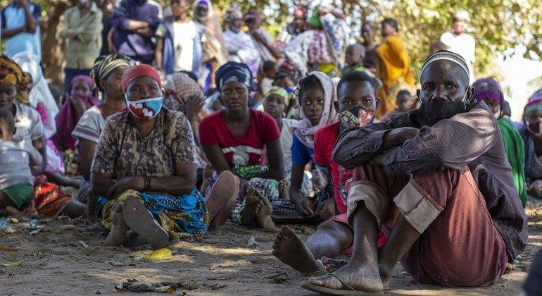 Personas desplazadas esperando la distribución de asistencia del Programa Mundial de Alimentos en el distrito de Metuge de Cabo Delgado, Mozambique.