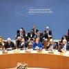 La Canciller alemana, Angela Merkel (cento), se dirige a la Conferencia de Berlín sobre Libia junto con el Secretario General de la ONU António Guterres (centro dcha.).