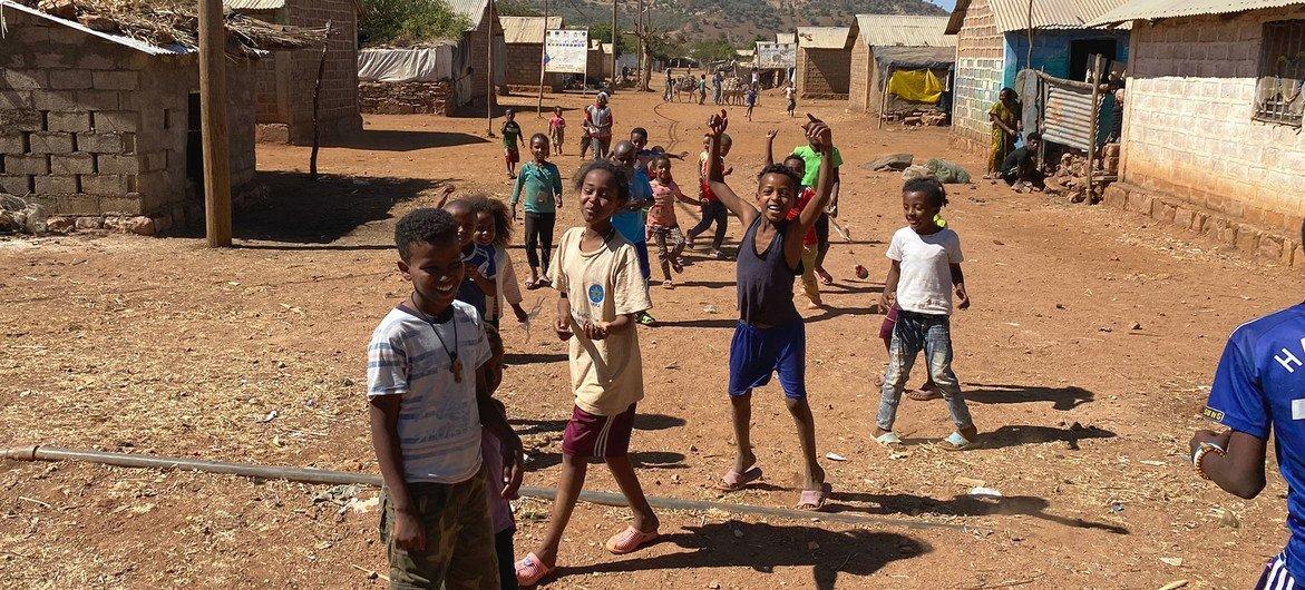 Des enfants érythréens joue dans le camp de réfugiés d'Adi Harush, dans la province du Tigré, au nord de l'Éthiopie.