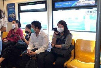 Pasajeros con mascarillas para protegerse del coronavitus en Bangkok, Tailandia