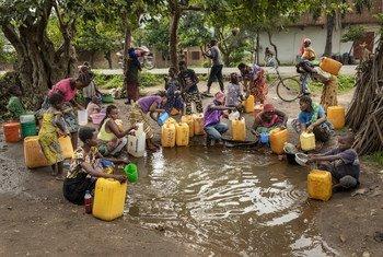 काँगो लोकतान्त्रिक गणराज्य के दक्षिण कीवू प्रान्त में, विस्थापित लोग, जल इकट्ठा करते हुए.