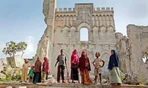 索马里的儿童站在意大利殖民时期修建的摩加迪沙大教堂遗迹前。