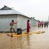 बांग्लादेश में, एक बाढ़ के और ज़्यादा भीषण होने से पहले, लोगों को अपना सामान वग़ैरा रखने के लिये कुछ भंडारगृह मुहैया कराए गए. भीषण बाढ़ भी जलवायु परिवर्तन की एक निशानी हैं.