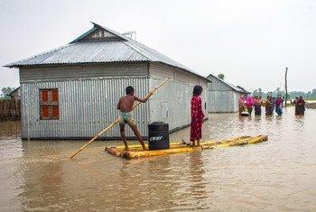 Familias de Bangladesh tratan de poner a salvo sus pertenencias ante las inundaciones