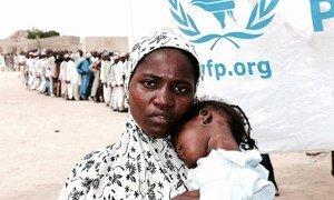 Тысячи жителей Нигерии зависят от помощи ВПП: примерно 12 долларов в месяц позволяют этой женщине и ее ребенку избежать голодной смерти.