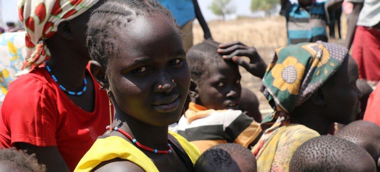 Esta mujer, sus tres hijos y su esposo carecen de acceso a cuidados médicos en Sudán del Sur. Su aldea fue atacada y durante tres meses sobrevivieron comiendo sólo nenúfares y semillas de palma.