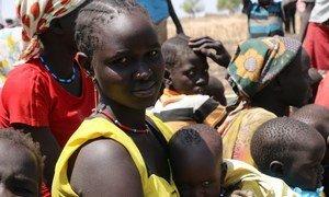 在南苏丹,像妮亚拉·玛雅(Nyalel Mayang)的母亲无法获得现代医疗保健。 她和丈夫有三个孩子,在他们的村庄遭到袭击后,他们靠睡莲和棕榈果生存了三个月。