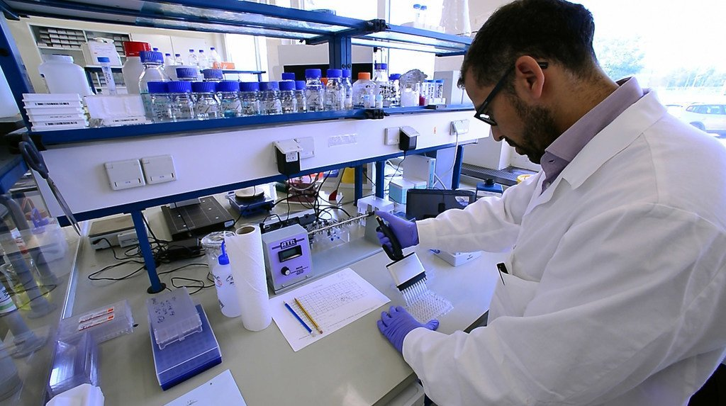 Un chercheurs travaillant aux laboratoires de l'AIEA et de la FAO à Vienne, en Autriche.
