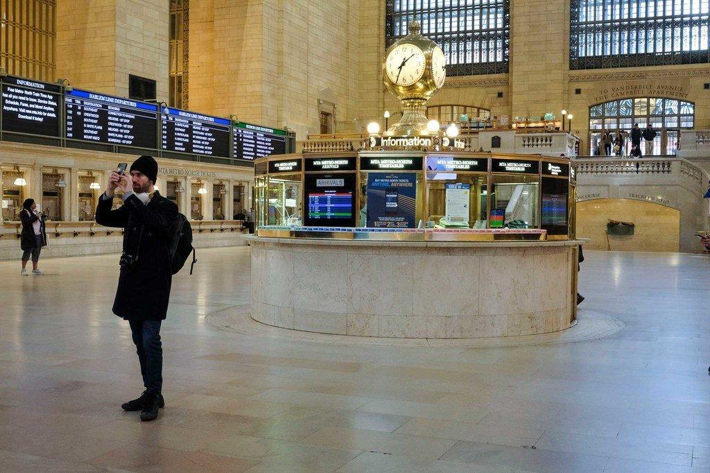 通常繁忙的纽约中央车站实际上是空的,因为人们呆在家里以防冠状病毒。