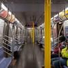 Так выглядит сегодня нью-йоркское метро. В городе ввели карантин, но ежедневное число новых случаев инфицирования пока стремительно растет.