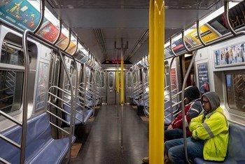 El metro en Nueva York, habitualmente lleno de gente, está casi vacío por el coronavirus