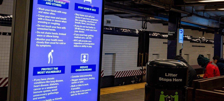 Un aviso en el tren de Nueva York indica como protegerse del coronavirus.