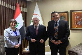 ممثل منظمة الصحة العالمية في العراق، الدكتور أدهم اسماعيل (اليمين) مع وزير الصحة (وسط) ونائبة المدير الإقليمي
