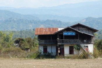 По данным ЮНИСЕФ, силы безопасности оккупировали несколько школ и университетских городков в Мьянме. На фото здесь школьное здание на севере страны.