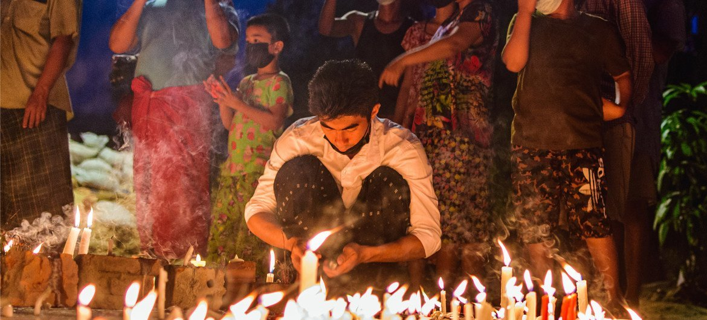 म्याँमार के यंगून शहर में करफ़्यू की परवाह ना करते हुए लोग रात में एकत्र हुए.