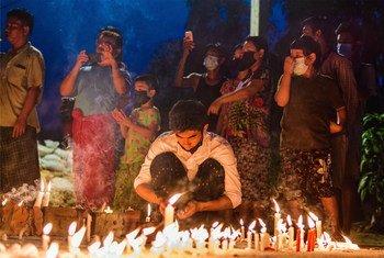 Des personnes à Yangon lors d'une veillée défiant le couvre-feu (photo d'archives).