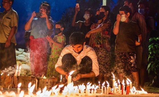 Жители города Янгон зажигают свечи в память о погибших при разгоне демонстраций в Мьянме.