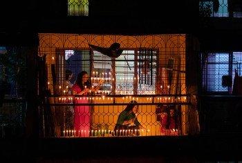 缅甸仰光敏加拉东纽社区,居民点燃蜡烛庆祝传统的泼水节(资料图片)。该社区主要由缅甸铁路工人居住,在近期的抗议示威和罢工活动中遭遇了严重暴力。