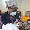 La Directrice exécutive de l'UNFPA, Dr Natalia Kanem, tient dans ses bras un nouveau-né dans une maternité au Soudan.
