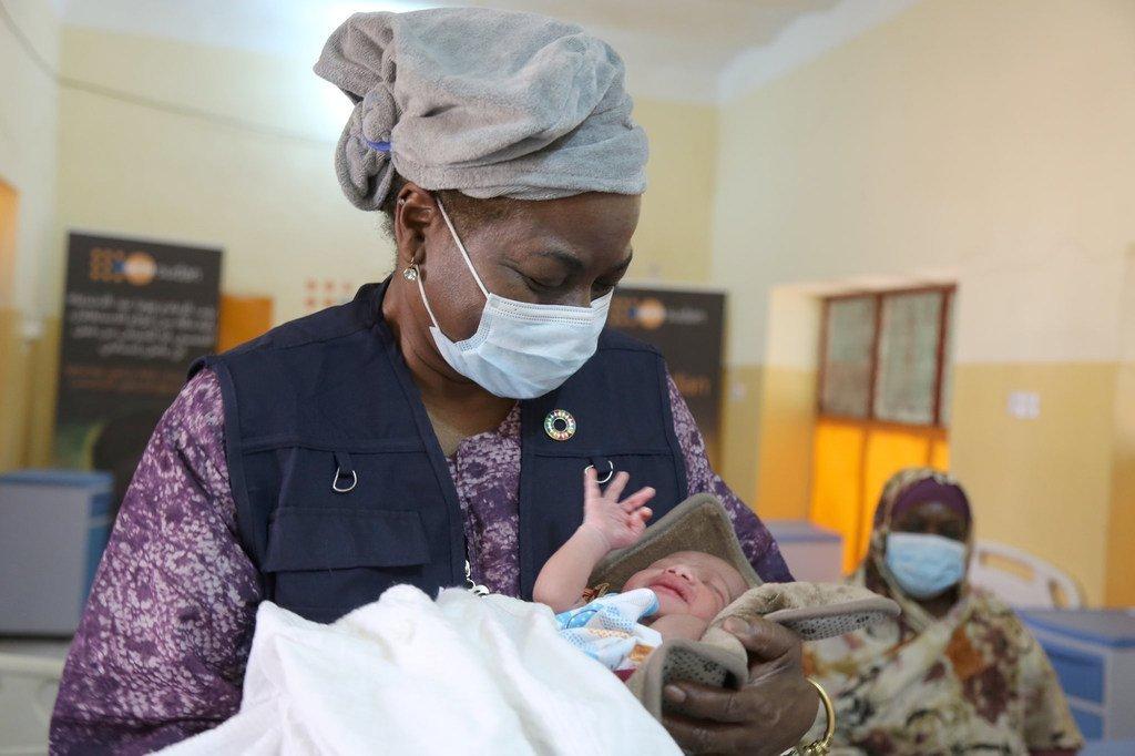 Mkurugenzi Mtendaji wa UNFPA Dkt.Natalia Kanem akiwa amembeba mtoto mchanga katika wodi ya wazazi kwenye hospitali moja jimboni Blue Nile nchini Sudan. UNFPA inatoa huduma za afya ya uzazi za kukoa maisha katikati ya janga la COVID-19.