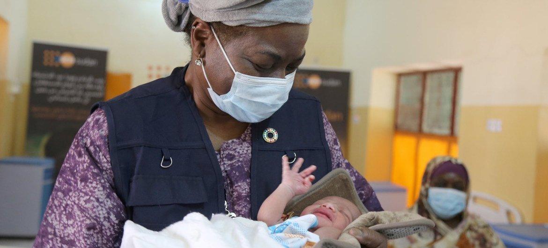 المديرة التنفيذية لصندوق الأمم المتحدة للسكان، نتاليا كانم، خلال زيارتها إلى السودان في مارس 2021.