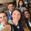 马耳他驻联合国代表团外交官、联合国中文项目学生伊曼纽尔·达拉斯与她在联合国语言学习班的一些同学以及来自来自不同国家驻联合国外交使团的同事合影,当时他们正在福特基金会参加一次国际事务会议。