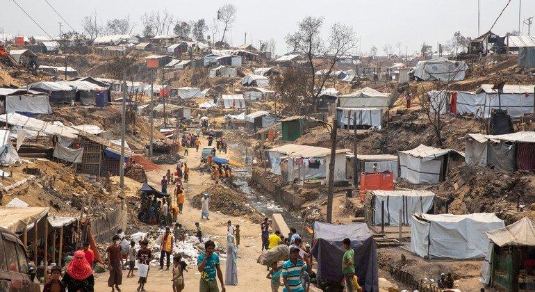 أعيد بناء بعض الملاجئ في المخيم 9 في كوكس بازار في بنغلاديش بعد اندلاع حريق في شهر آذار/مارس.