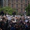 """الناس يحتجون في لندن دعما ل """"حياة السود مهمة"""". يونيو 2020."""