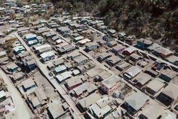 Des cendres provenant des éruptions du volcan La Soufrière recouvrent une ville de Saint-Vincent-et-les-Grenadines.