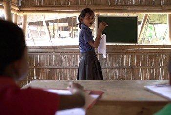 दीपिका हेमरोम के माता-पिता प्लास्टिक कचरे के ज़रिये उसकी स्कूल फीस का भुगतान करते हैं.