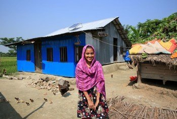 विश्व बैंक ने अपने कुछ साझीदारों के साथ मिलकर, बांग्लादेश में सौर ऊर्जा घर कार्यक्रम का वित्तपोषण किया है. इसके तहत, दूर-दराज़ के इलाक़ों में समुदायों को सौर ऊर्जा उपलब्ध कराई जा रही हैं.